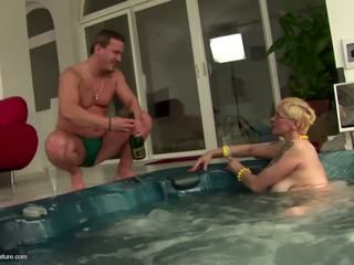 Fea madura zorra mamá drinks pee y gets anal: gratis porno 11
