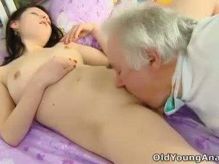 Alena van laying -ban ágy keres szexi -ban neki yellow felső thinking körülbelül szex tovább egy nap mint ma