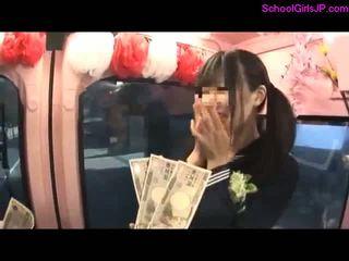 Schoolmeisje having seks voor geld zuigen guy lul