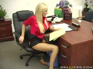 Seksuālā blondīne krūtainas boss getting viņai vāvere licked