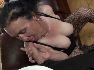 Porner premium: rondborstig brunette oma gets gemeen poesje pounding