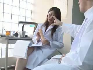 Sexy japonské doktor gives ju colleague a bj