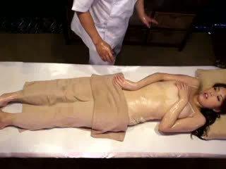 Korkeakoulu tyttö reluctant orgasmia mukaan masseur