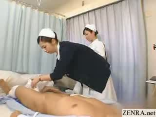 יפני אחות practices שלה עבודה ביד טכניקה