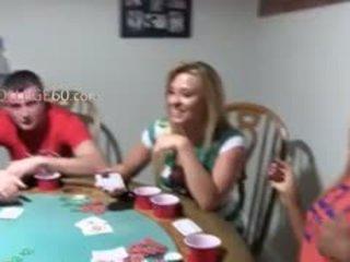 Jauns meitenes coitus par pokers nakts