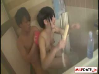 Taking bath med stor pupper japansk mamma