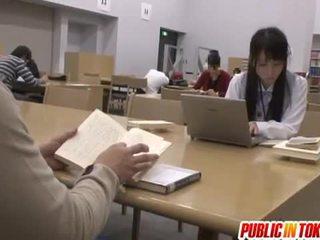Sexig japanska studenten körd i den klassrummet