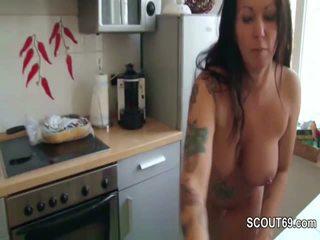 Step-son betrapt duits mam naakt in keuken en neuken haar