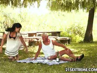 Teen cutie s verdorben picnic mit ein großvater