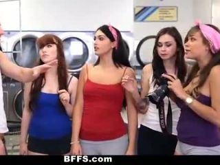 Bffs - 大学 女の子 ファック creepy guy sniffing パンティー