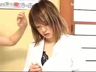 Jong meisje getting gehypnotiseerd door dame naar kracht haar poesje licking