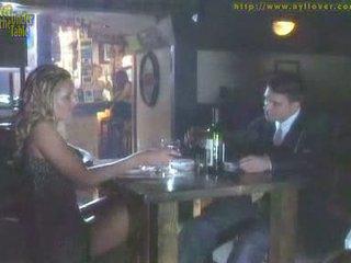 Branlette avec les pieds sous la table
