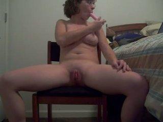 Stygg bitch med hot kroppen puts en dildo opp henne rumpe