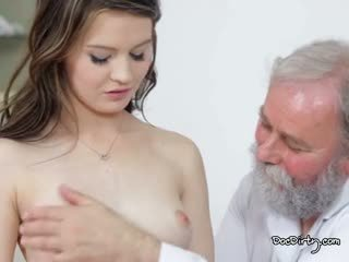 The ישן רופא takes טיפול של שלו סקסי צעיר חולה