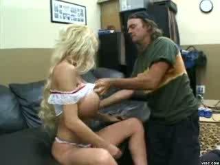 Blondine chick met massief tieten gets pounded