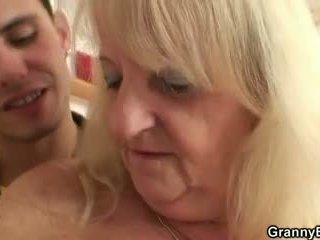Han screws blond bestemor i svart strømper