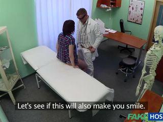 Nikki gets geneukt door de dokter
