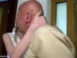 Tiener cutie fucks grootvader