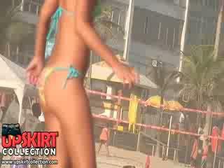 De playful bikini dolls met verbazingwekkend en vers bodies are having strand plezier met de ball