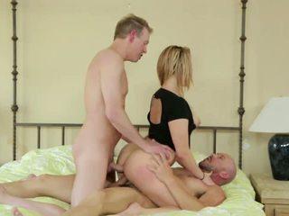 Sieva takes two cocks uz dp kā hubby shares viņai jāšanās.