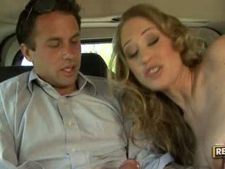 Seksi blondie abby rode deliciously pleasures dia mulut dengan sebuah kontol plugged di itu