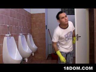 Toilet femdon actie met ondeugend mistresses en heet slaaf