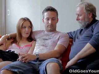 Sveta un viņai vīrietis are casually laying apkārt viņu living istaba