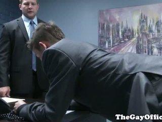 Gaysex בוס spanks ו - fucks tw-nk assistant