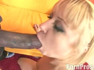 Златен haired wench aaralyn barra receives тя уста ripped от а чудовище хуй
