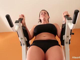 Alison works ut henne perfekt kroppen og fitte