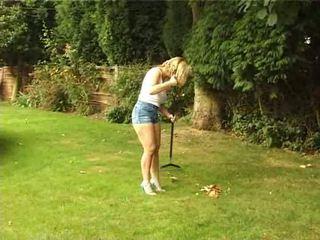 Britannique femme gives une pipe en la jardin vidéo