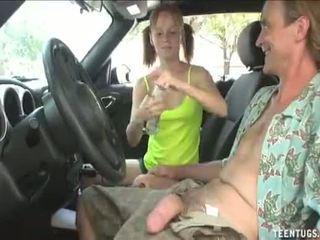 Uzbudinātas pusaudze skaistule handjob uz the automašīna pilns video: http://adf.ly/1tv6mk