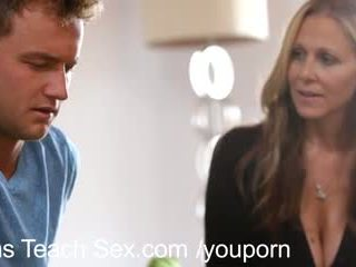 Тийн двойка gets секс lessons от горещ мама
