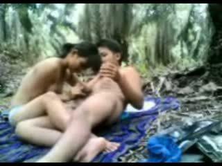 Indonesiska tonårs körd i den djungel