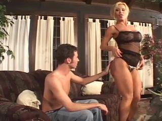 Krūtainas paklīdusi sieviete skaistule ka loves liels loceklis pumping