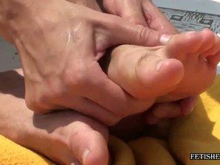 foot fetišs, sex gay liels vīrs, karājās liels stud penis