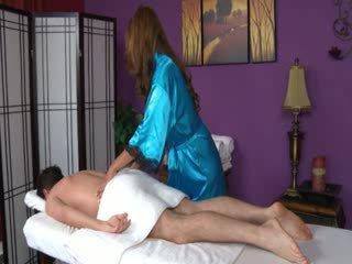 Brunette babe sucks haar klant piemel gedurende massage