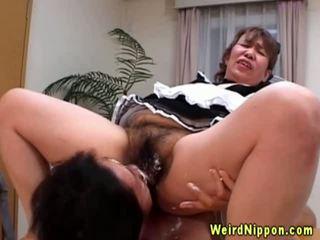Azijietiškas senelė gets jos plaukuotas putė licked
