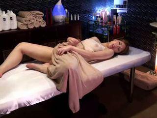 Mosaic: מכללה נערה reluctant אורגזמה על ידי masseur