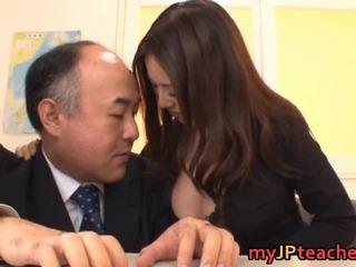 Krūtainas skolotāja ruri saijo bounces
