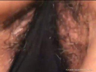 Sages behaard poesje gets covered in sperma