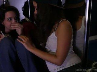 skaties brunete kvalitāte, kissing pārbaude, reāls pīrsingu liels