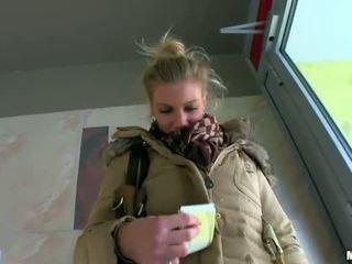 Sexy blondýnka amatér adele rides na kohout