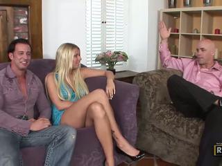Apdullinātas blondīne amatieri moms having sekss uz the tas pats istaba