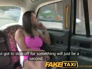 Faketaxi сексуальна американка falls для старий taxi трюк
