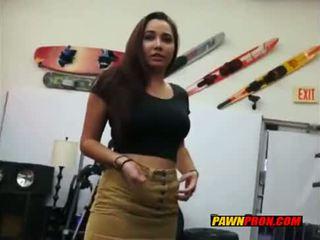 Bruneta having pohlaví s pawn owner