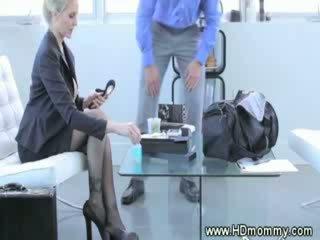 Seksowne blond mamuśka uses zabawka następnie guy comes do pomoc