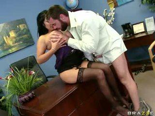 Sexually excited sophia lomeli gets hänen suu busy engulfing a kova mies tikkukaramelli
