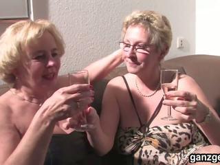 Ganzgeil com seksual nemes grannies plays with their.