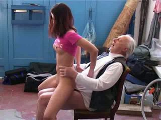 قديم رجل تريد إلى إصلاح لي دراجة فيديو